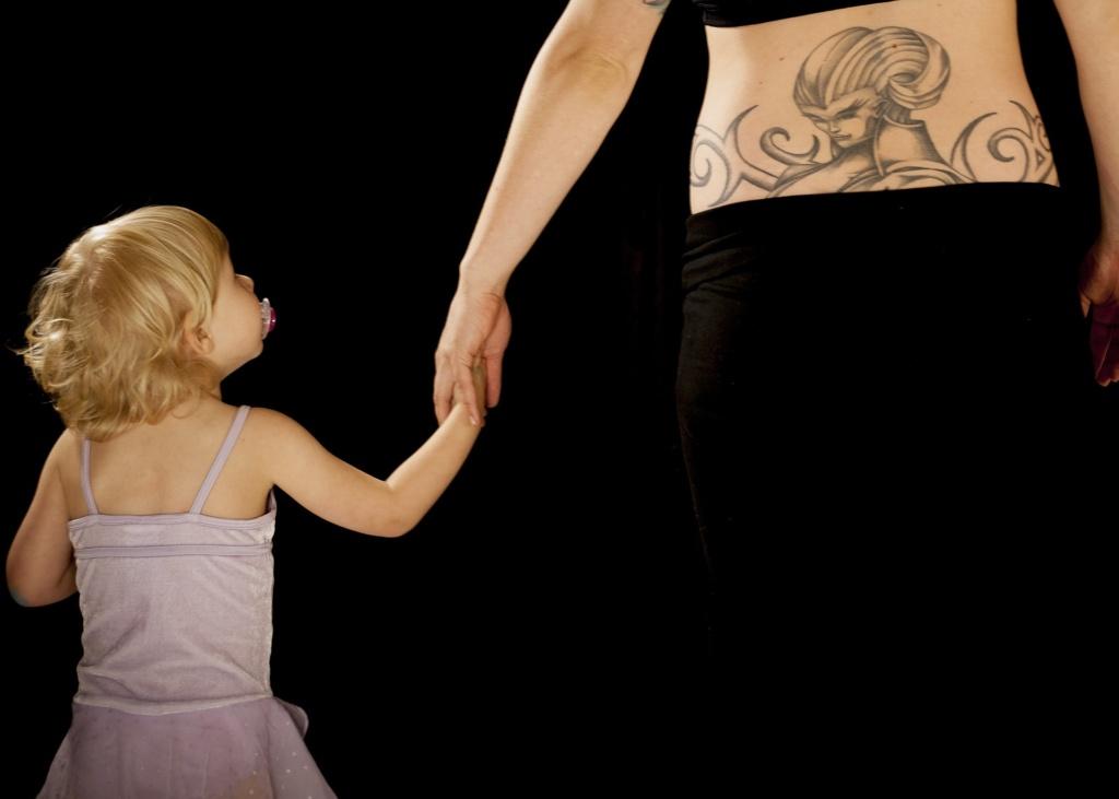 Tatuaggi in gravidanza, rischi e cautele