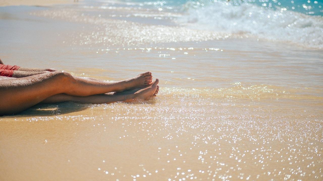 Primi caldi, come combattere gambe gonfie e pesanti