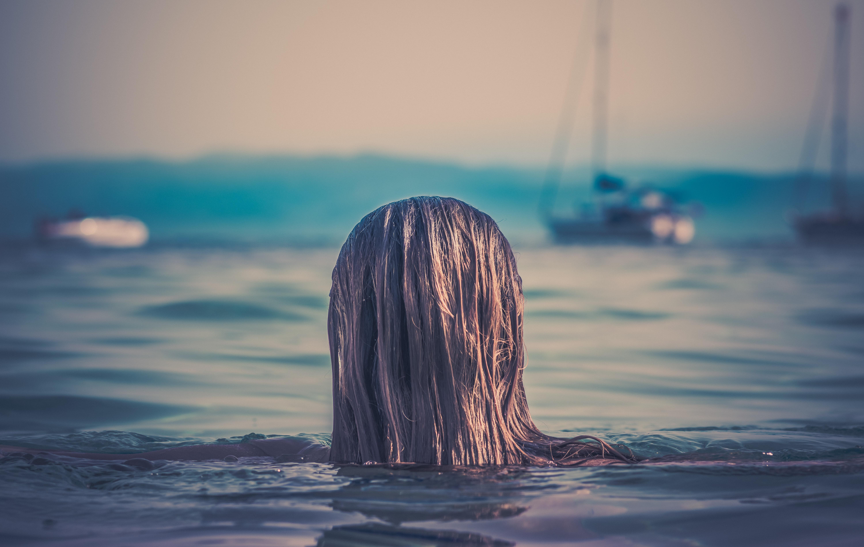 Capelli rovinati dalle vacanze al mare? Come curarli con la medicina estetica