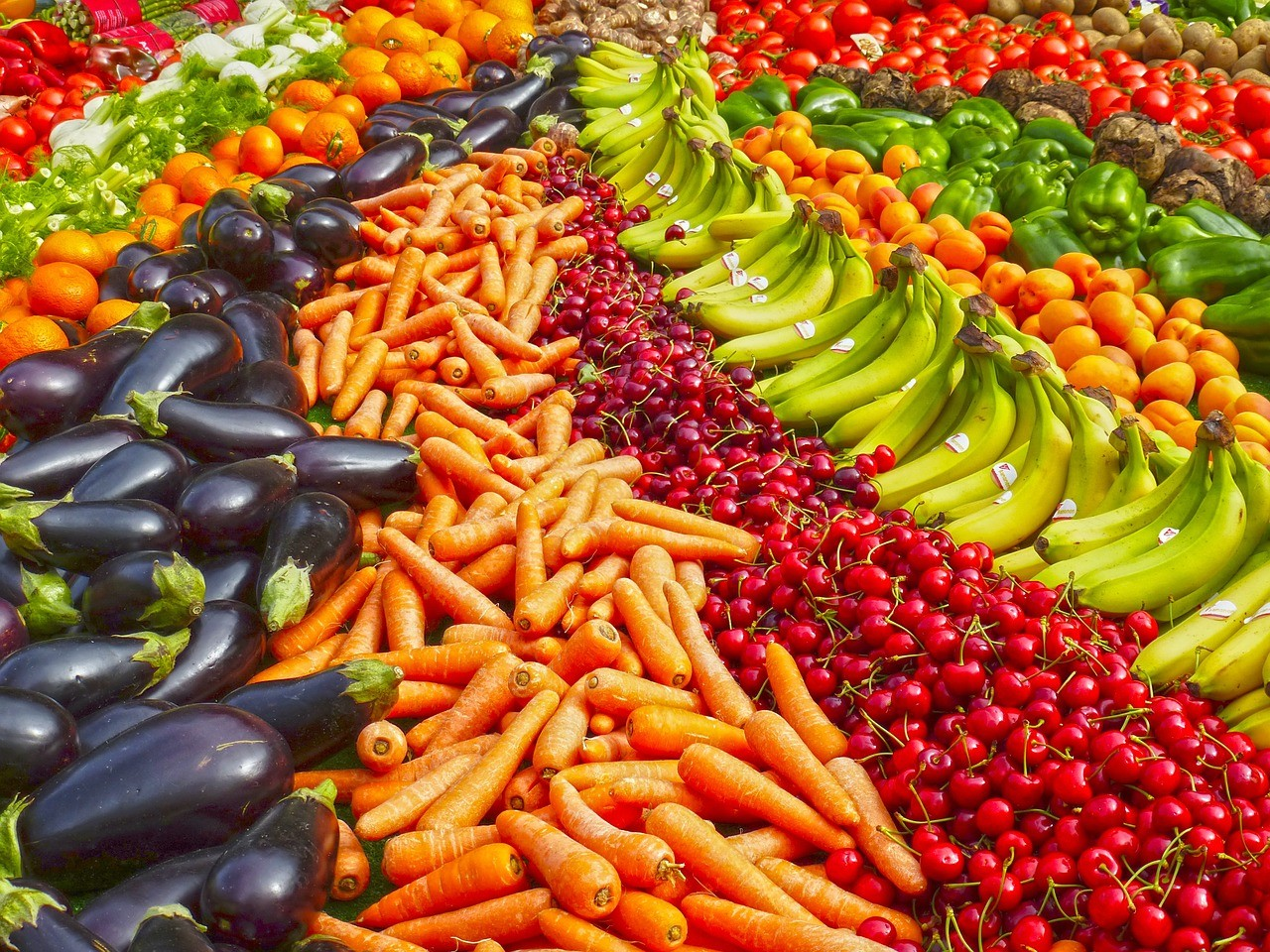 Consumare un arcobaleno di frutta e verdura, ma pochi zuccheri