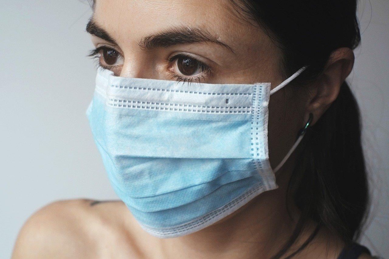 Uso delle mascherine e problemi della pelle: i semplici consigli per aiutarla